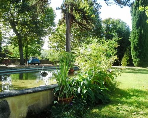 Jardin de l'hôtel de charme Villa Gaia à Digne les Bains proche de la Fondation David Neel,