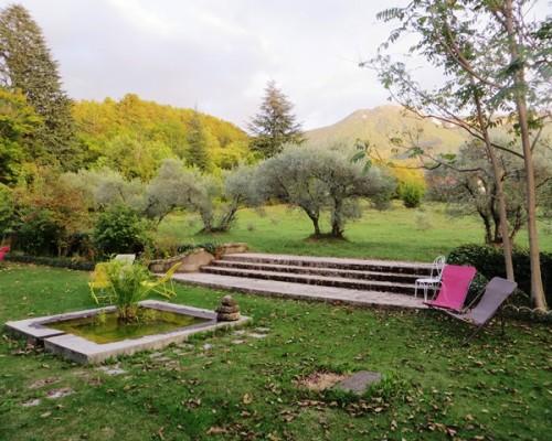 Jardin de l'hôtel de charme Villa Gaia à Digne les Bains cure thermale, bien-être