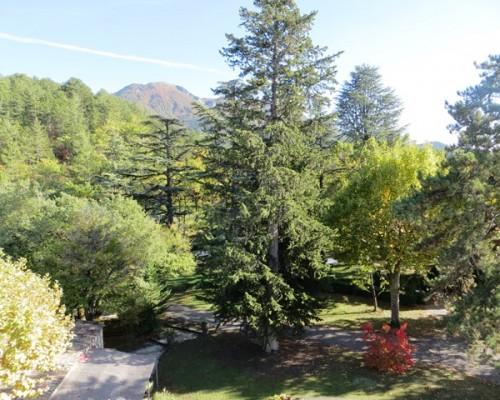 vue sur le parc de l'hôtel de charme Villa Gaia à Digne les Bains proche de la Fondation David Neel,