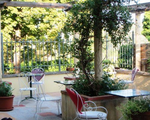 Petit-déjeuner sur la terrasse fleurie de la Villa Gaia hôtel de charme