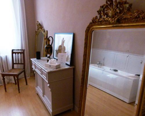 Salon de bain avec baignoire de massage de l'hôtel Villa Gaia