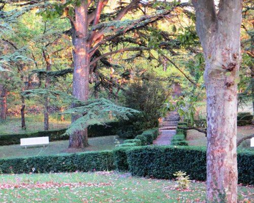 Le parc de la Villa Gaia à l'ombre des arbres centenaires