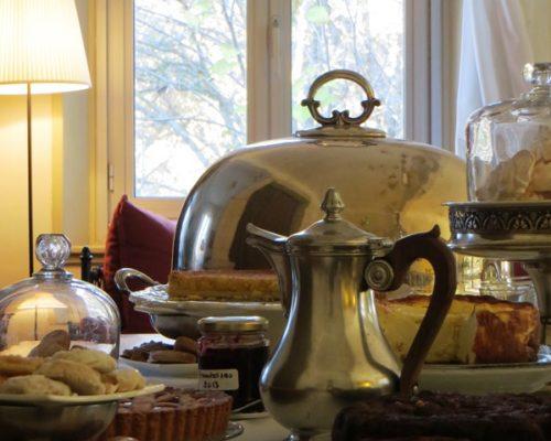 Service du thé au salon de thé de la Villa Gaia à Digne
