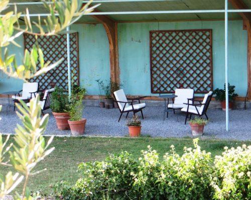 Salon de thé dans le jardin de la Villa Gaia à Digne
